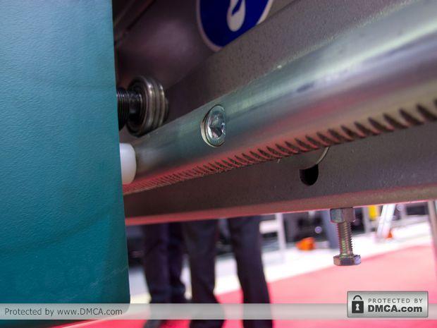 Автоматический стол раскроя стекла Bottero 332 BKM. Рейка вдоль столешницы.