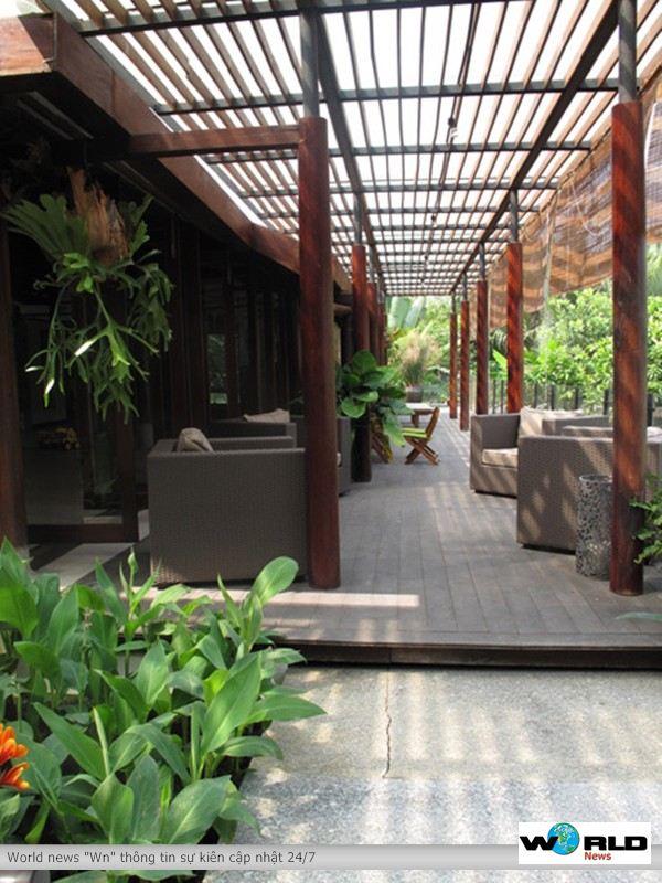 Biệt thự đẹp, Ngắm biệt thự của vợ chồng người Anh Kevin Snowball. Ông bà Snowball chỉ dành khoảng 400m2 để xây nhà, trong đó có 2 khu nhà lớn, 5 phòng ngủ, 5 phòng tắm. Ngoài ra trong khuôn biệt thự còn có 1 bể bơi 4x16m. Khu nhà chính chỉ có một tầng và được xây dựng theo kỹ thuật truyền thống của người Việt. Đây là căn nhà lý tưởng cho những người am hiểu văn hóa, nghệ thuật truyền thống của người Việt Nam, đồng thời yêu thích không gian tĩnh lặng.